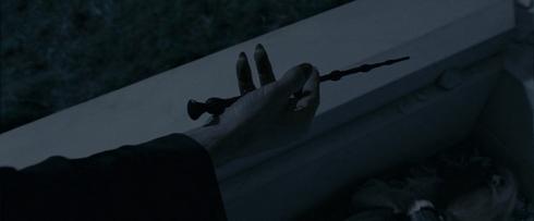 Voldemort tient la baguette de sureau qu'il vient de prendre dans la tombe de Dumbledore