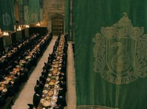 La Grande Salle de Poudlard aux couleurs de Serpentard dans Harry Potter à l'école des sorciers