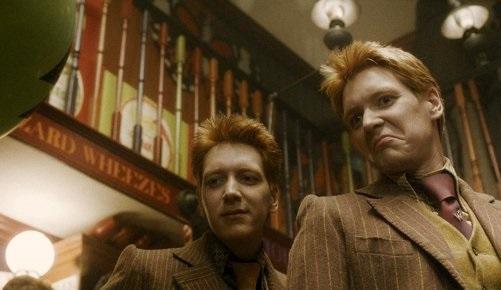 Fred et George Weasley dans leur boutique