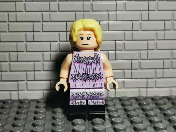 LEGO 2020 : Luna dans sa robe pour la soirée de Noël du club de Slug (set Tour d'Astronomie)