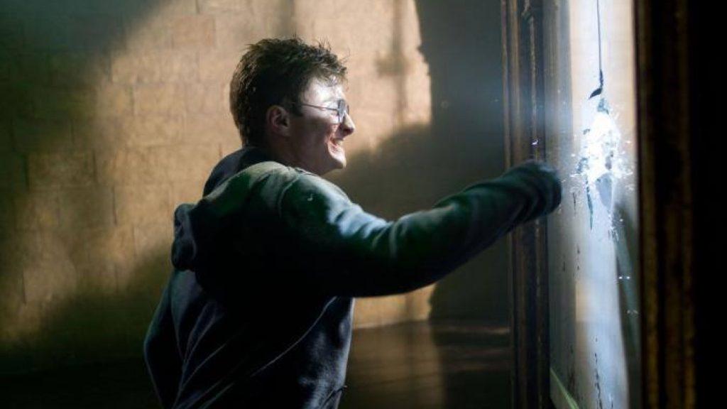 Harry brise un miroir, de rage, das une scène coupée de Harry Potter et l'Ordre du Phénix