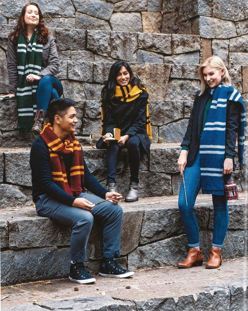 """Les écharpes des 4 maisons dans le livre """"Harry Potter : La Magie du Tricot"""""""