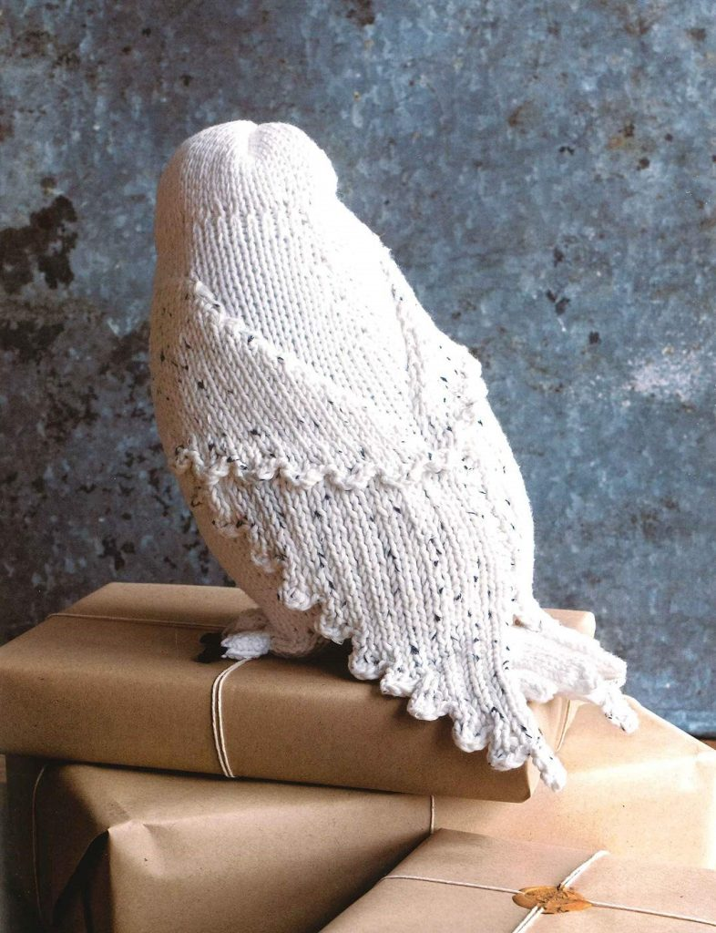 """Une Hedwige en tricot de dos dans le livre """"Harry Potter : La Magie du Tricot"""""""