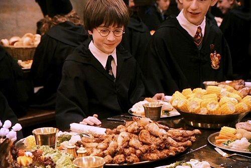 Un repas dans la Grande Salle dans Harry Potter