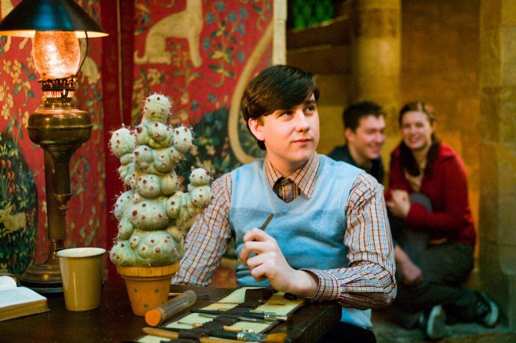 Neville Londubat dans la salle commune de Gryffondor.