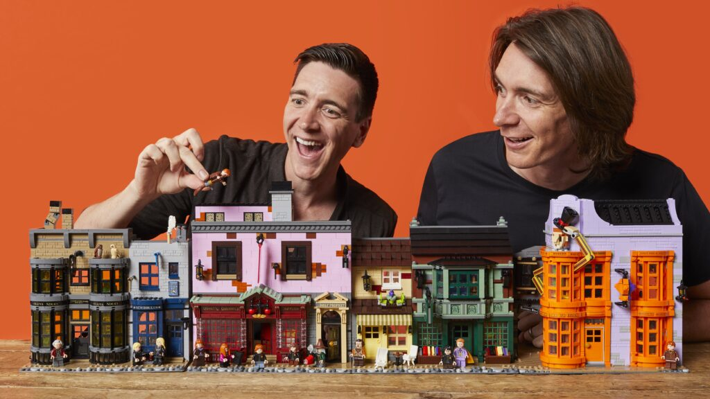 James et Oliver Phelps avec le set LEGO Harry Potter Le Chemin de Traverse