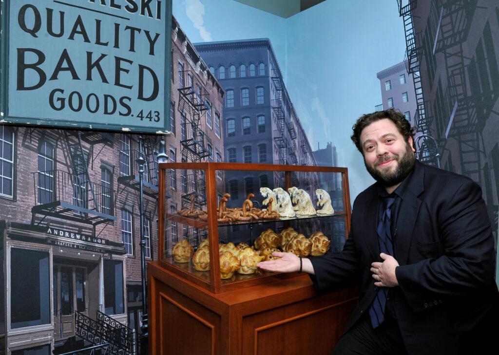Dan Fogler présente les pâtisseries de Jacob exposées au Warner BRos Studio Tour Hollywood