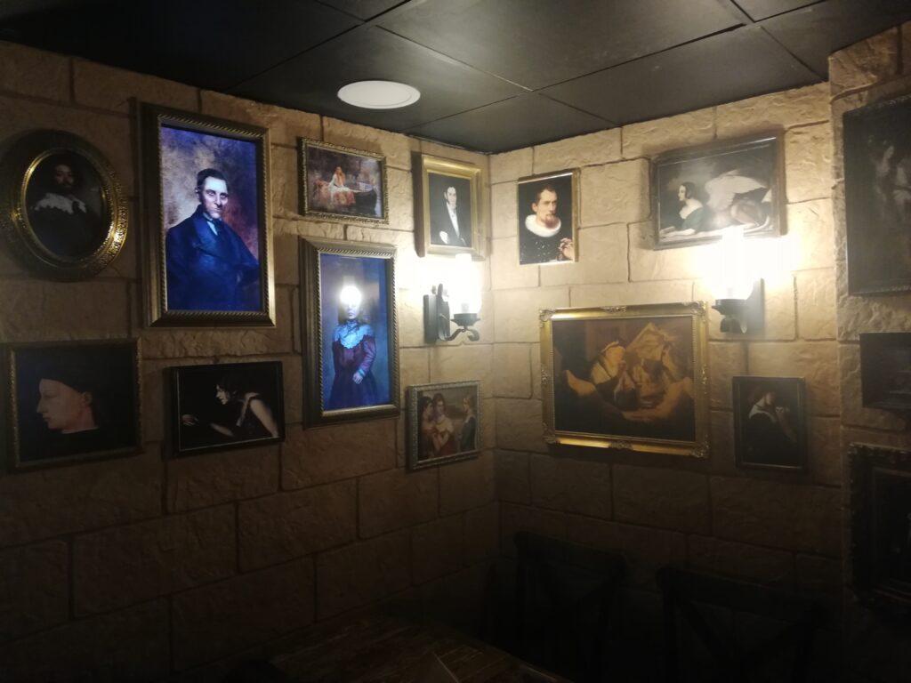 Les tableaux aux murs du Player One