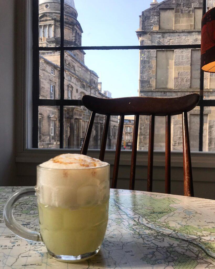 Verre de bièraubeurre à la table où s'assayait J.K. Rowling pour écrire Harry Potter au Spoon Café