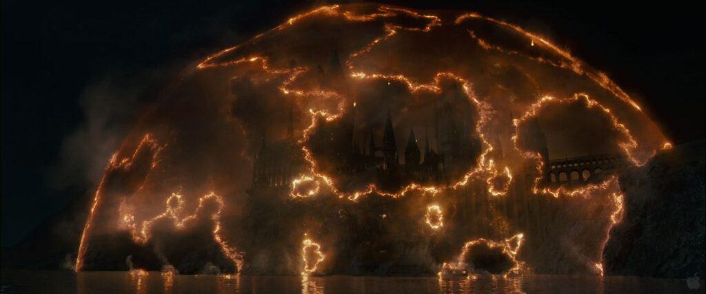 Le bouclier de Poudlard cède sous les sortilèges des forces de Voldemort