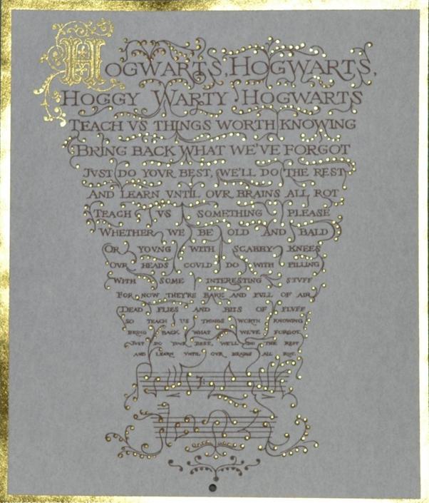 Paroles en lettres dorées de l'hymne de Poudlard