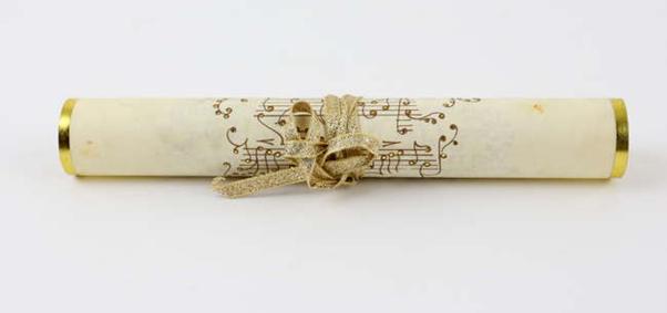 Rouleau de la partition en lettres dorées de l'hymne de Poudlard