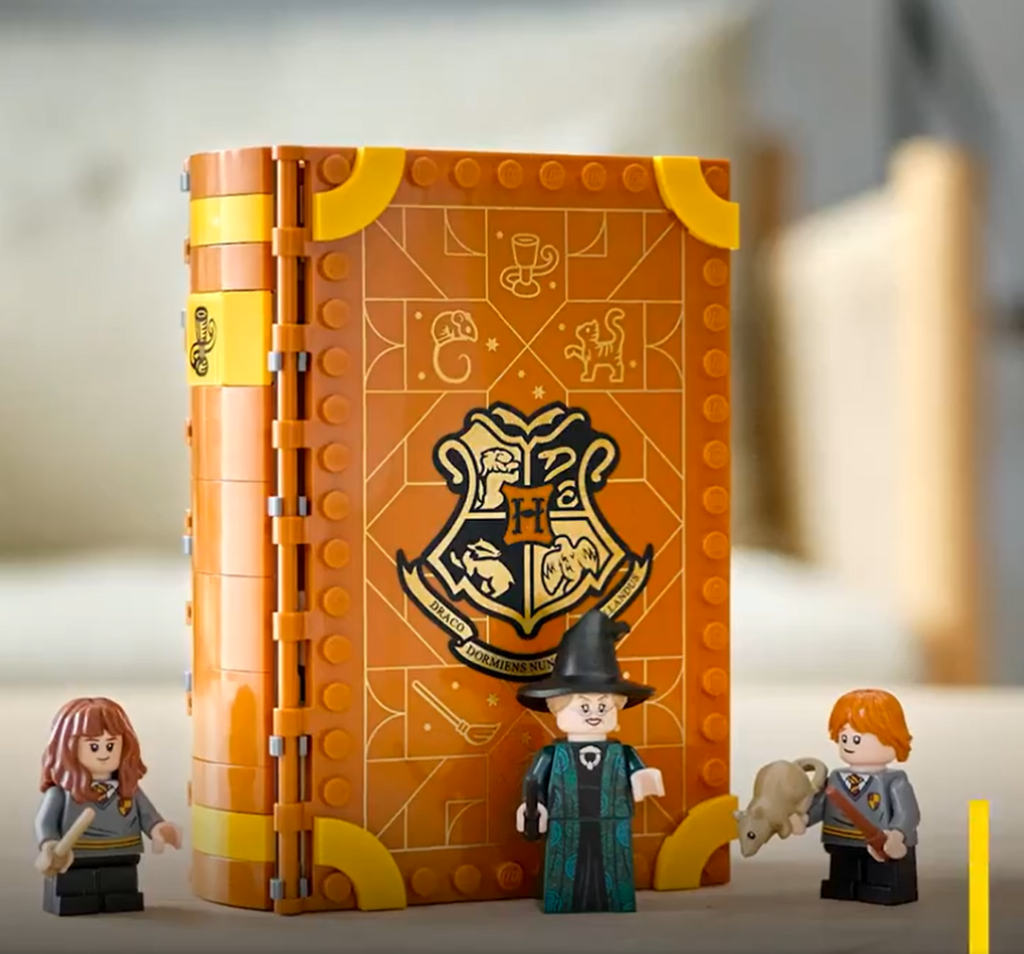 Livre LEGO Hogwarts Moments Harry Potter Gryffondor fermé.