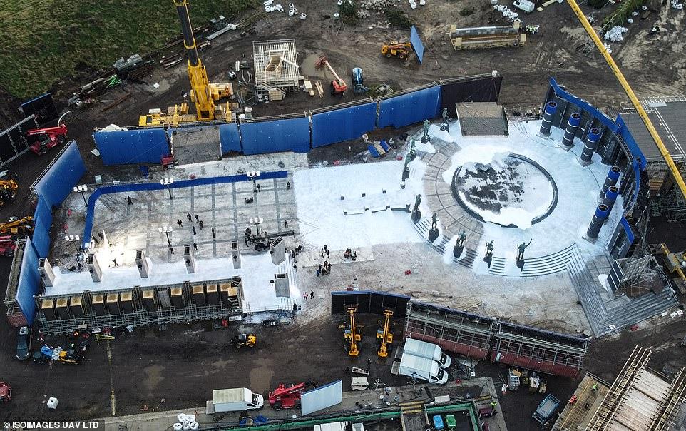 Statues sur le décor présumé de Berlin pour Les Animaux Fantastiques 3 - Lieu de rassemblement tout choisi pour Grindelwald