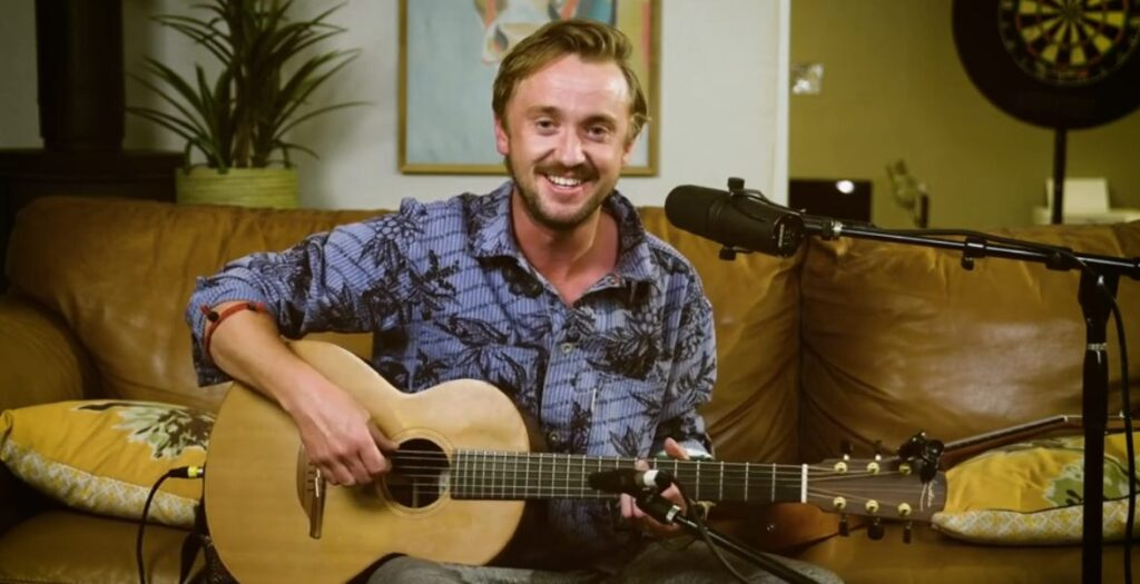 Tom Felton jouant de la guitare lors de la Tom Felton : Home Party
