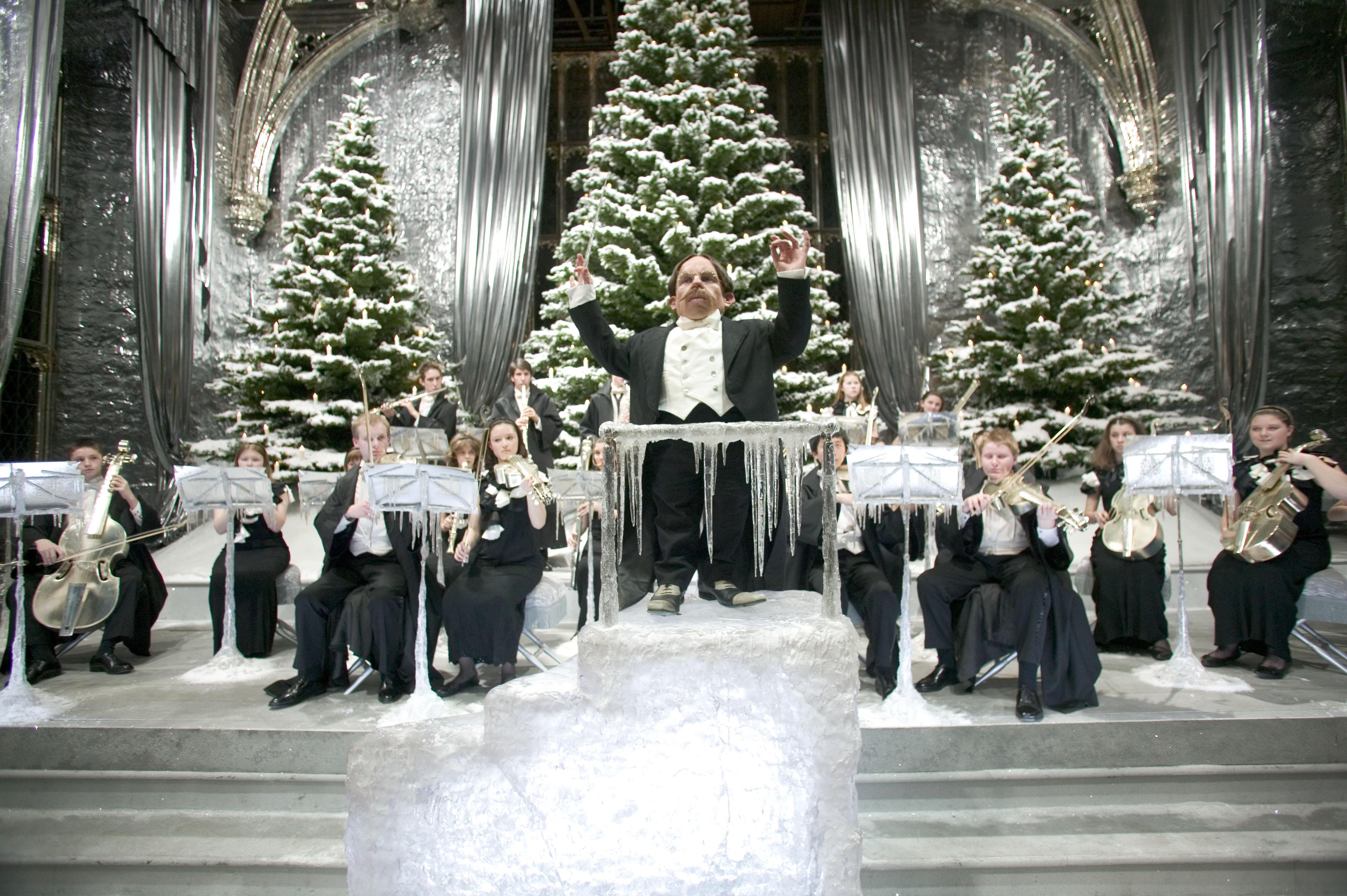 Flitwick conduit l'orchestre de Poudlard lors du bal de Noëm dans le film Harry Potter et la Coupe de Feu