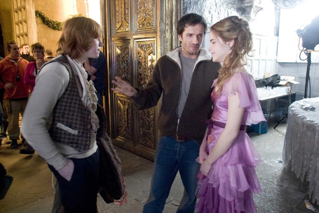 David Heyman, producteur de Harry Potter, discute avec Emma Watson (Hermione) et Rupert Grint (Ron Weasley) lors du tournage du bal de noël dans Harry Potter et la coupe de feu
