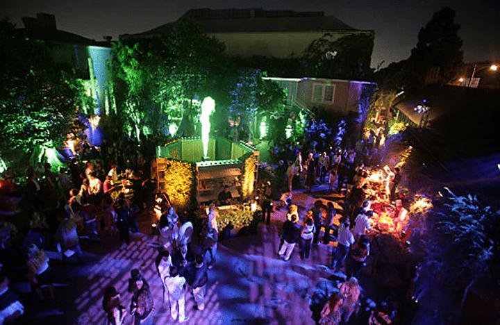 Un bar crache des flammes vertes évoquant la poudre de cheminette lors de la soirée de gala pour le film Harry Potter et l'Ordre du Phénix
