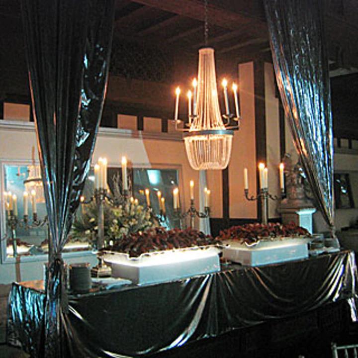Les buffets couverts d'argent et de blanc lors de la soirée de gala pour le film Harry Potter et la Coupe de Feu