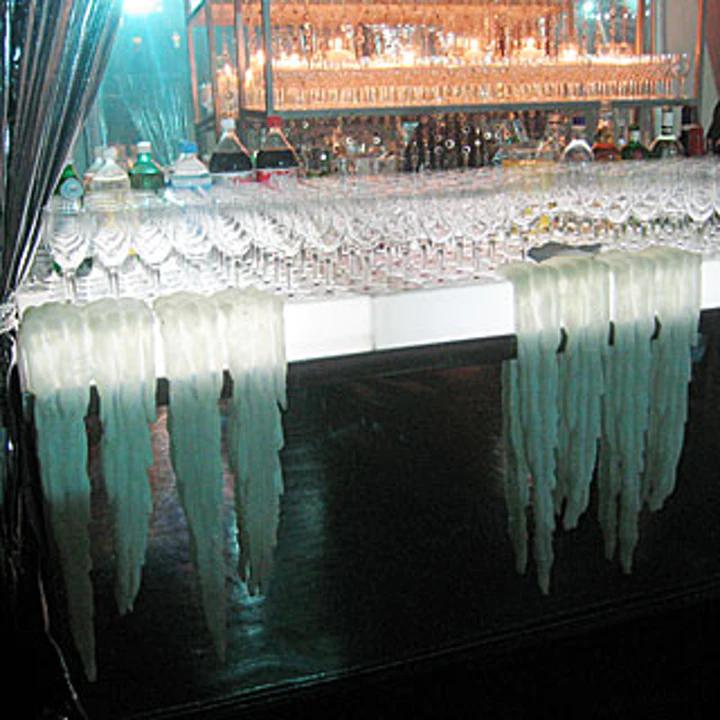 Un bar avec de faux stalactites lors de la soirée de gala pour le film Harry Potter et la Coupe de Feu