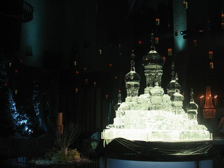 Une sculpture de glace évoquant la décoration de Bal de Noël à Poudlard lors de la soirée de gala pour le film Harry Potter et la Coupe de Feu