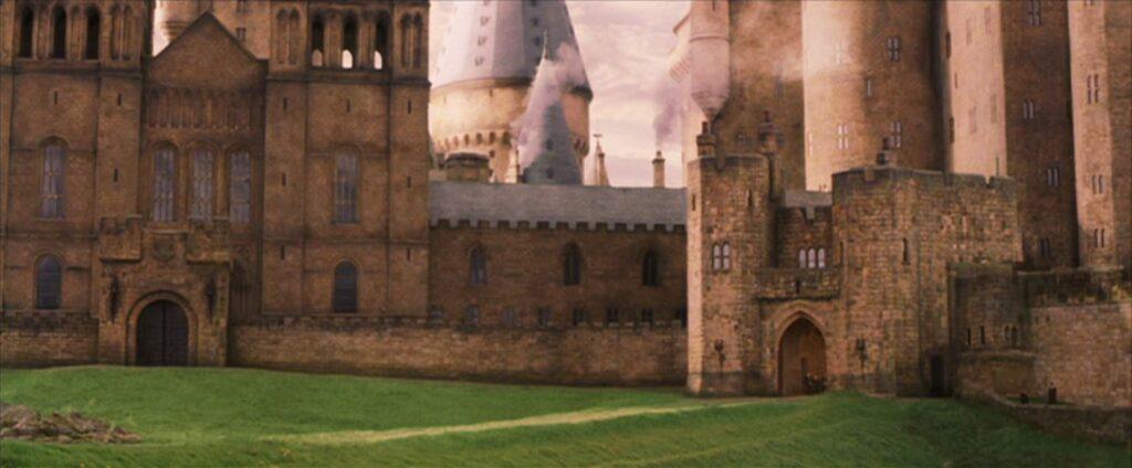 Face nord de Poudlard depuis la cabane de Hagrid et la Forêt Interdite dans Harry Potter à l'école des sorciers