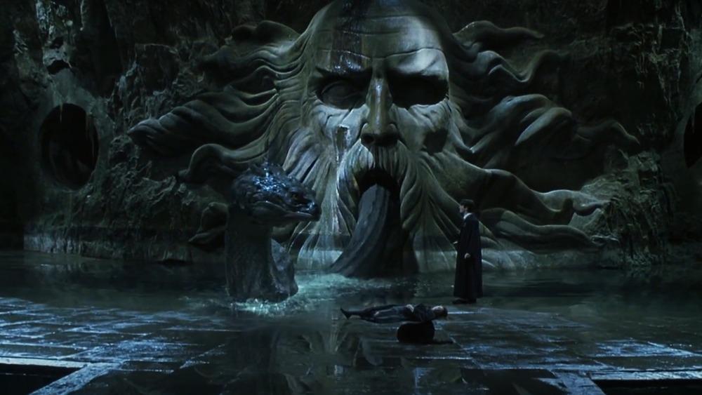 Le Basilic sortant de la bouche de la statue de Salazar Serpentard dans le film Harry Potter et le Chambre des Secrets