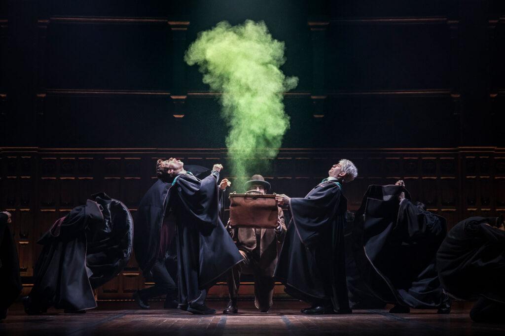 Effet spécial magique dans la pièces Harry Potter & the Cursed Child (L'Enfant Maudit) : une fumée verte s'échappe d'un sac faisant office de chaudron tenu par Scorpius Malefoy et Albus Potter