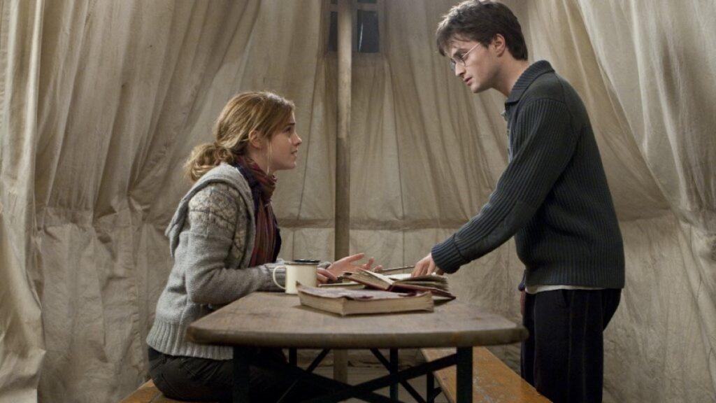 Harry et Hermione dans la tente après le départ de Ron.