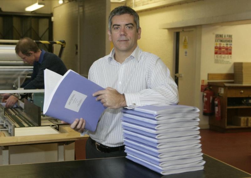 John Donaldson, manager de la Scottish Braille Press, avec les 16 volumes de Harry Potter et l'Ordre du Phénix