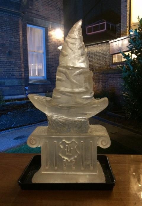 Sculpture en glace d'un Choixpeau, lors d'un bal à thème Harry Potter