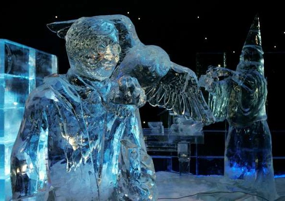 Sculpture de glace représentant Harry Potter et sa fidèle chouette Hedwige, lors du festival Ice Magic en Belgique.