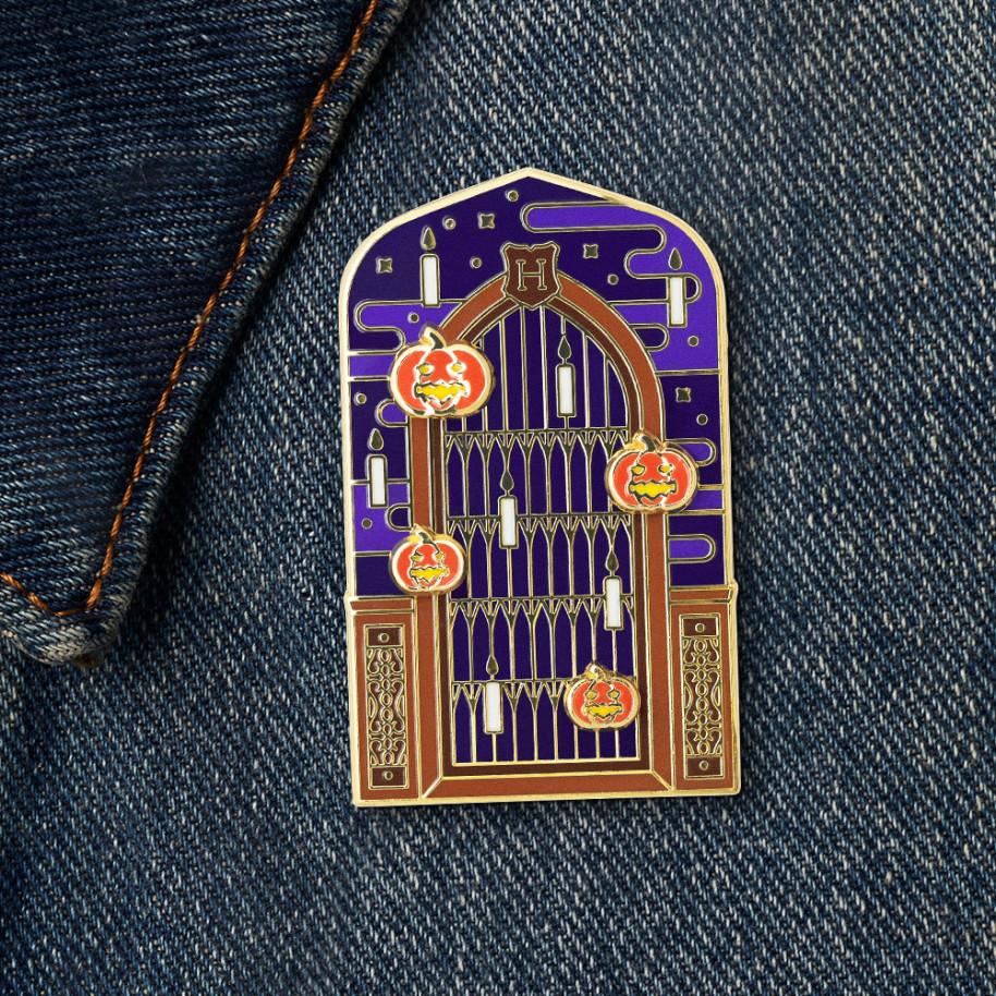 Pin fenêtre de la Grande Salle décorée avec des bougies flottantes et des citrouilles pour Halloween, édition limité du Wizarding World