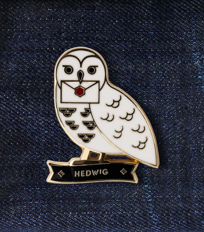 Pin Hedwige portant une enveloppe de Poudlard dans son bec Wizarding World