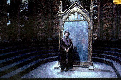 Le professeur Quirrell devant le miroir du Riséd