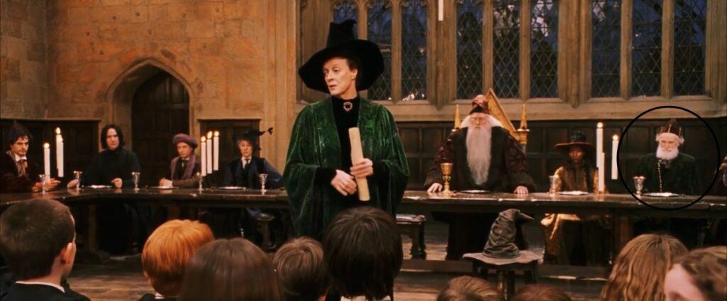 Capture d'écran du film. Table des professeurs, avec Nigel Anstey tout à droite de l'image.