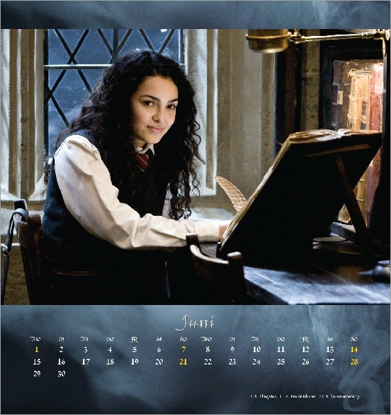 Anna Shaffer dans le rôle de Romilda Vane installée à la bibliothèque