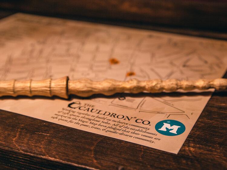 Photo de la carte magique et de la baguette interactive, indispensables de la visite.