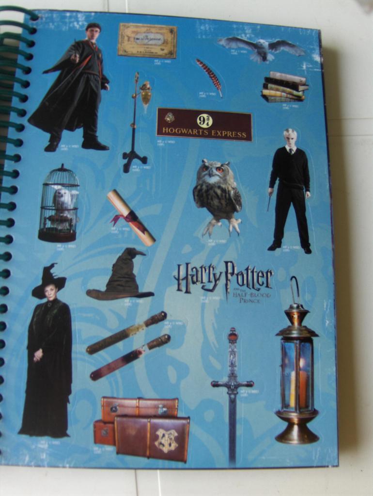 Page présentant une accumulation de vignettes. On y trouve Harry, Drago et McGonagall, deux hiboux et différents objets