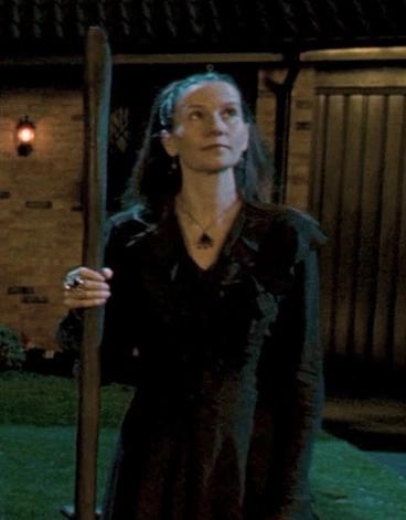 Emmeline Vance devant le 12 square Grimmaurd dans Harry Potter et l'Ordre du Phénix