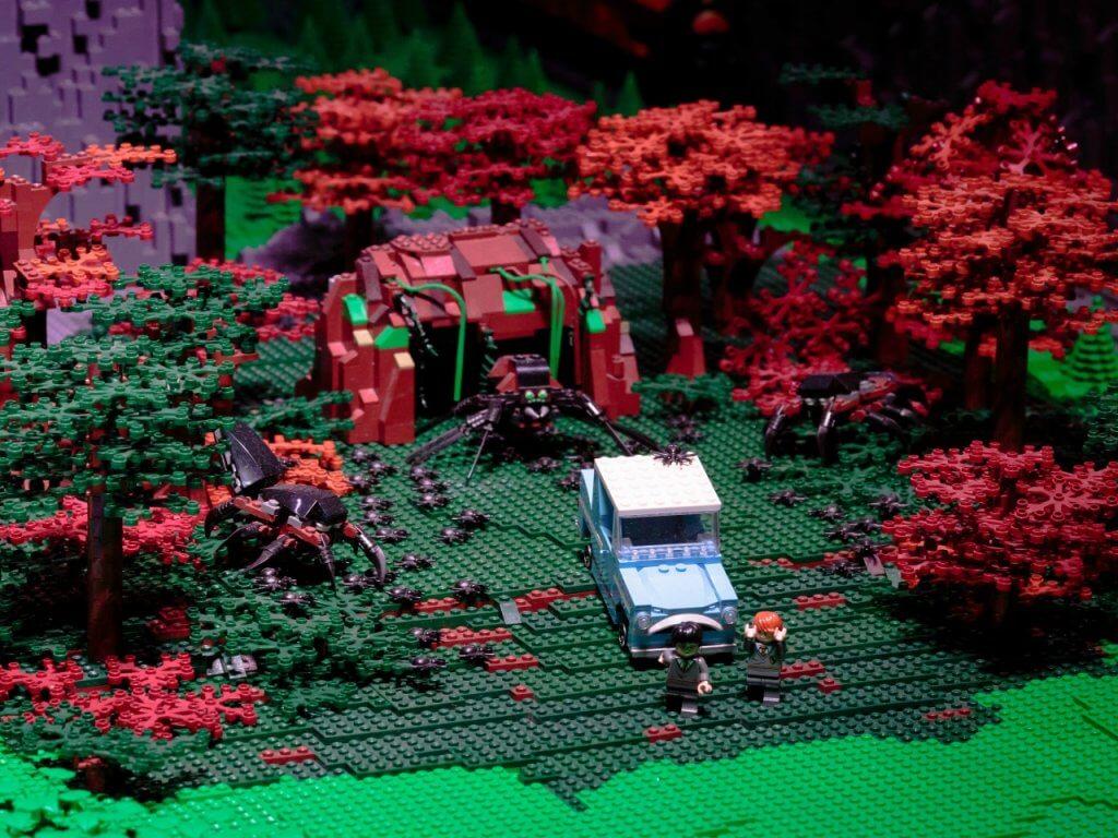 La fuite d'Aragog dans la Forêt Interdite en Ford Anglia en LEGO.