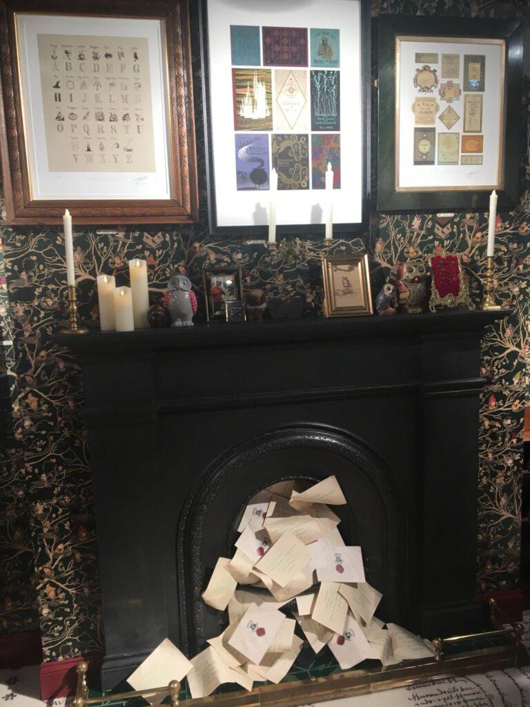 Décoration de la House of Minalima à la boutique Harry Potter de New York - une cheminée débordant de lettres de Poudlard
