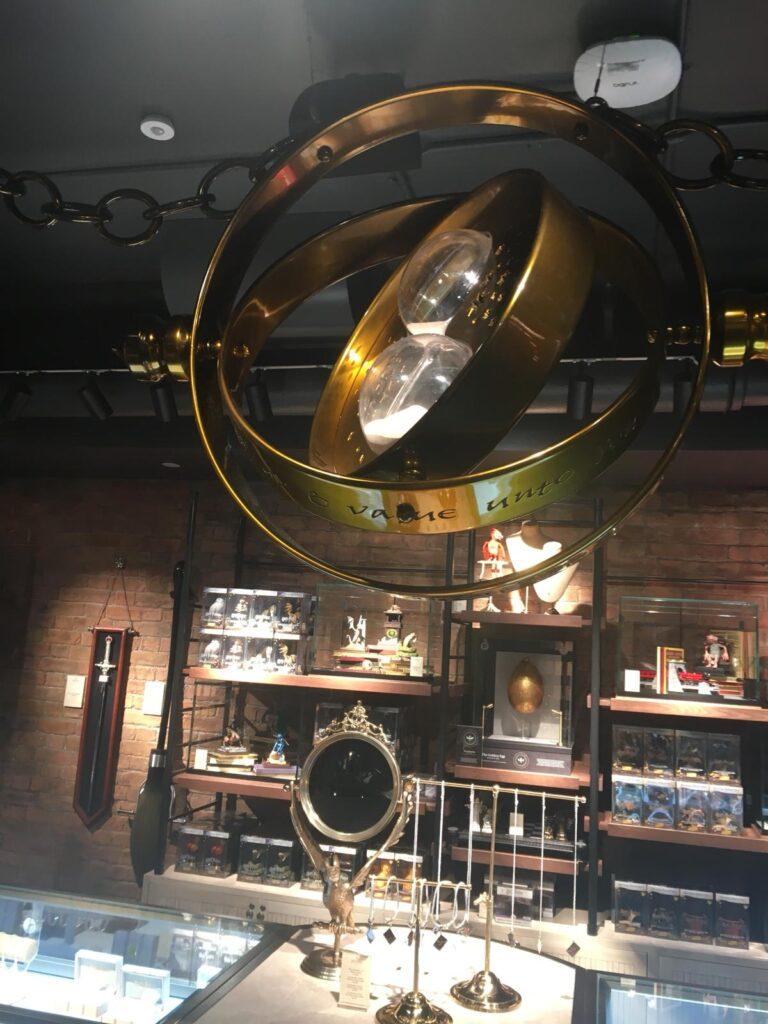 Retourneur de temps géant dans la boutique Harry Potter de New York
