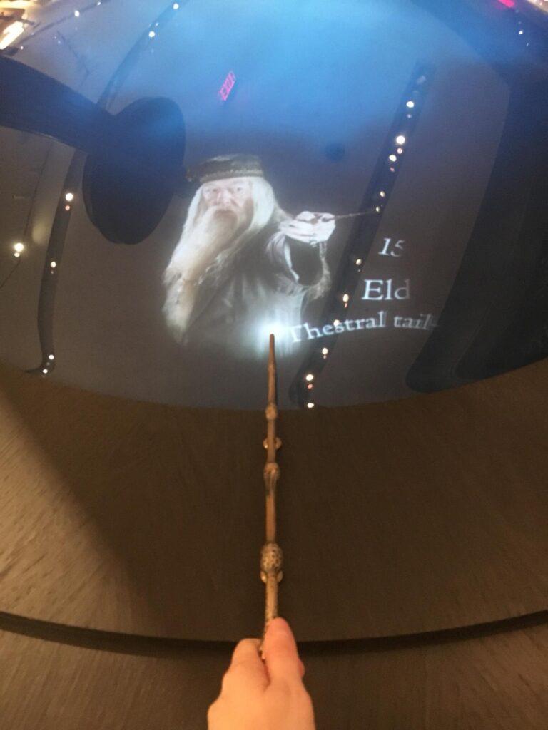 Table de baguettes interactives à la boutique Harry Potter de New York
