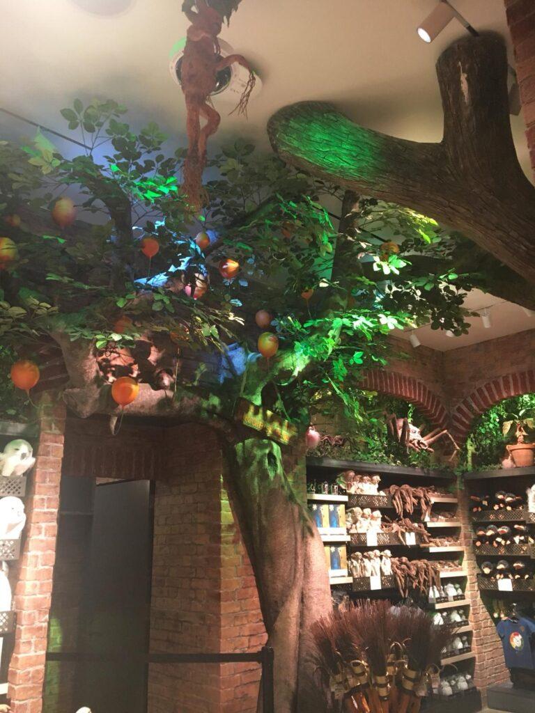 Arbre à plumes dirigeables dans la section créatures magiques de la boutique Harry Potter de New York