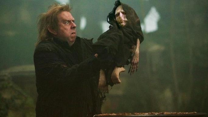 Peter Pettigrow portant Voldemort avant sa résurrection