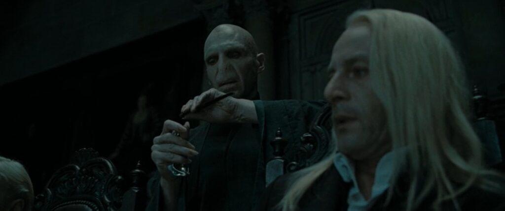 Voldemort prenant la baguette de Lucius.