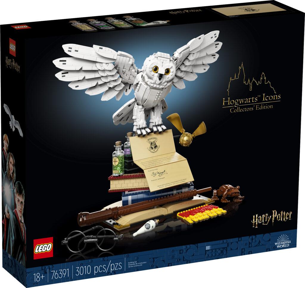 Boîte du set LEGO Harry Potter Hogwarts Icons Collectors' Edition - Hedwige sur une pile de livre accompagnée de nombreux objets emblématiques de la saga