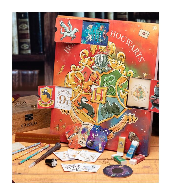 Aperçu de l'intérieur de trois cases du calendrier Pandalone 2021 avec détails des goodies : stylo baguette, crayons et gommes aux couleurs des quatres maisons, petites cartes thématiques, tampons