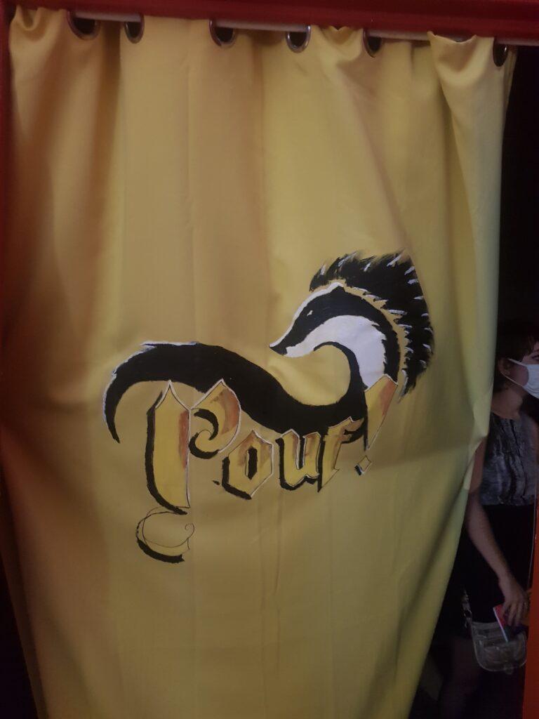 """La bannière Poufsouffle à l'entrée de la salle de théâtre pour """"Pouf"""" par les Kids des Etoiles."""